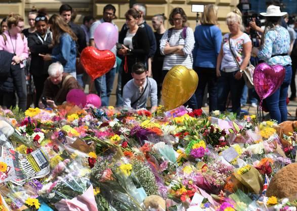 Am 22. Mai sprengte sich ein islamischer Selbstmordattentäter nach dem Konzert von Ariana Grande in die Luft. 23 Personen, darunter der Attentäter, kamen ums Leben. Tage nach dem Anschlag kündigte Ariana Grande das Benefizkonzert