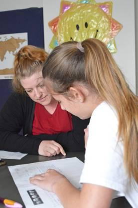 Zwischen den Spässen widmen sich die beiden jungen Frauen eifrig dem Lehren und Lernen.