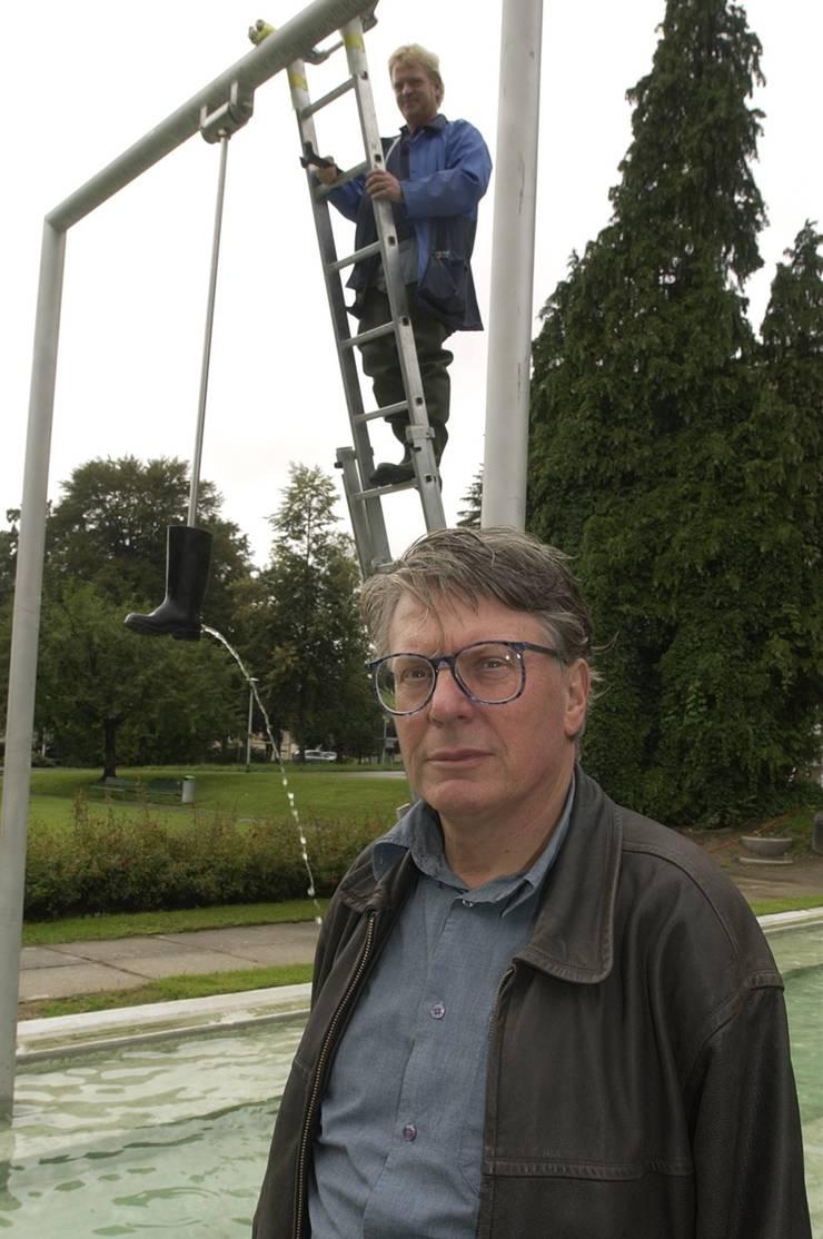 Roman Signer 2004 bei der Montage seines Stiefels.