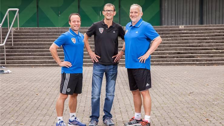Die sportliche Führung des HSC Suhr Aarau posiert ein paar Wochen vor dem Saisonstart vor der Schachenhalle in Aarau: Trainer Patrik Fend (l.), Sportchef Martin Suter (M.) und Coach Guido Frei.