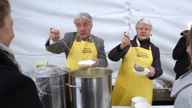 Emil Steinberger (links) und Judith Stamm schenken für die Schweizer Tafel Suppe aus (Archiv)