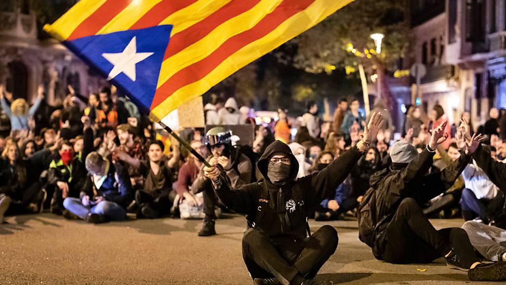 ARCHIV - Ein Befürworter der Unabhängigkeit Kataloniens schwenkt während einer Demonstration eine katalanische Fahne. Foto: Ben Curtis/AP/dpa