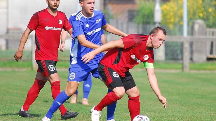 Wangens Captain Semir Dzombic wird bedrängt von Enis Ademovic.