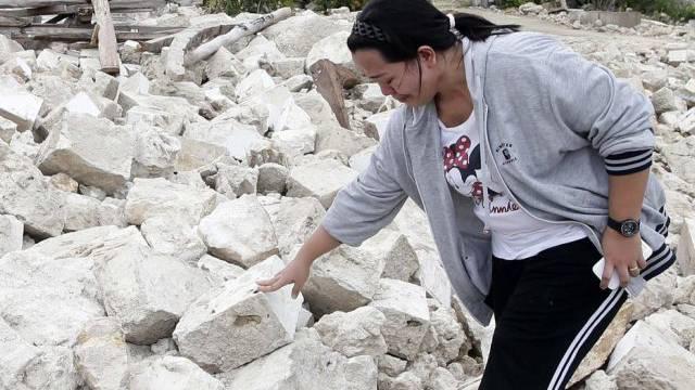 Filipina trauert in Trümmern einer Kirche um ihren Vater (Archiv)