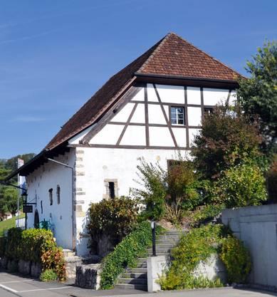 Gestartet wird, wie es sich gehört, an der Quelle: der Quelle des Wissens. Das Aargauisch-Kantonale Weinbaumuseum ist in der historischen Wiss-Trotte in Tegerfelden beheimatet – der notabene grössten Weinbaugemeinde im Kanton. Es hat von April bis Oktober jeweils am ersten und dritten Sonntag des Monats von 14 bis 17 Uhr geöffnet. Die ehemalige Wiss-Trotte wurde vor 230 Jahren erbaut und wurde 1985 zum Museum umfunktioniert. Man erfährt nicht nur viel über die Geschichte der Reben und Trauben, sondern kann alles, was es zur Weinproduktion braucht, bestaunen: Küferei, Trotte, Arbeit im Rebberg, Veredelung, Pflanzenschutz, Abfüllung, Korkzapfenmaschinen, Fasslager. Ist der Wissensdurst gestillt, geht es in den Gewölbekeller – wo man das Endprodukt in flüssiger Form erleben kann. Im Aargau sind übrigens aktuell 63 Rebsorten für den Anbau zugelassen, davon sind zwei Drittel blaue und ein Drittel weisse Sorten.