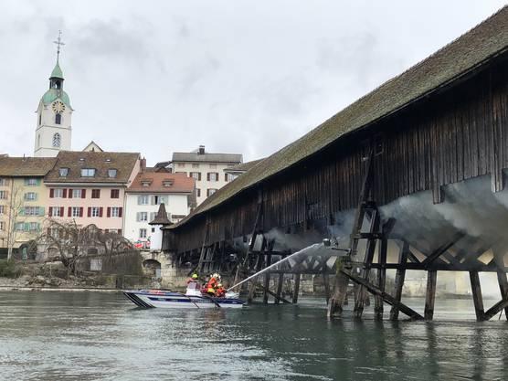 Die Einsatzkräfte bekämpften das Feuer auch vom Wasser aus.