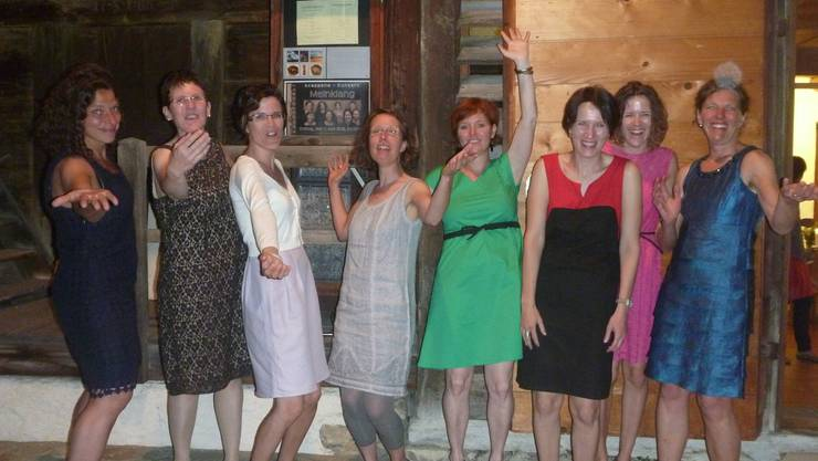 "Das Ensemble ""Meinklang"" vor dem Räberstöckli in Niederbipp: (v.l.) Martina Felber, Antonia Bitterli, Isabel Berger, Marianne Grob, Susanne Hunziker, Marianne Schenker, Claudia Nünlist und Carmen Felber ."