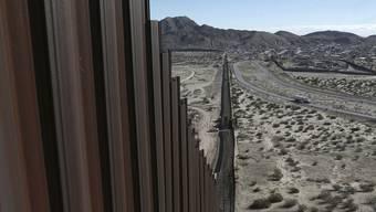 Grenzzaun zwischen den USA und Mexiko: Links liegen die US-Bundesstaaten Texas und New Mexico, rechts liegt das mexikanische Ciudad Juarez.