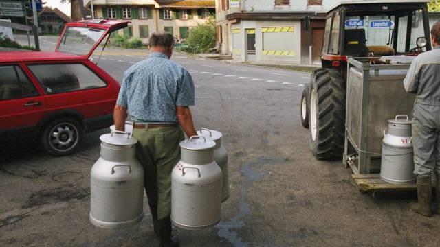 Kleine Milchbauern bringen Milch in die Käserei (Archiv)