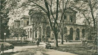 Der Kursaalbau, wie er sich nach der Entfernung der Kuppel und der klassizistischen Elemente nach 1931 präsentierte, mit stadtseitigem Zugang. Archiv