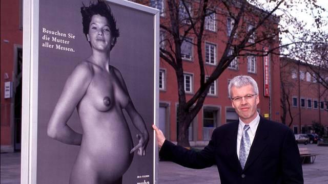 Damaliger Muba-Direktor Kurt Frischknecht mit dem umstrittenen Plakat im Jahr 2000.
