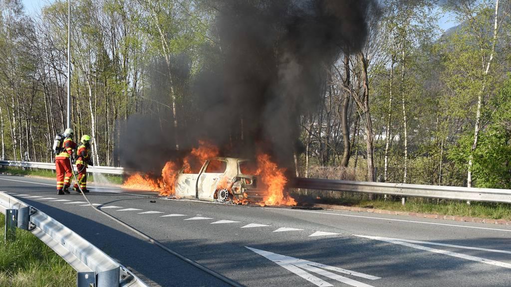 Auto brennt in Autobahneinfahrt komplett aus