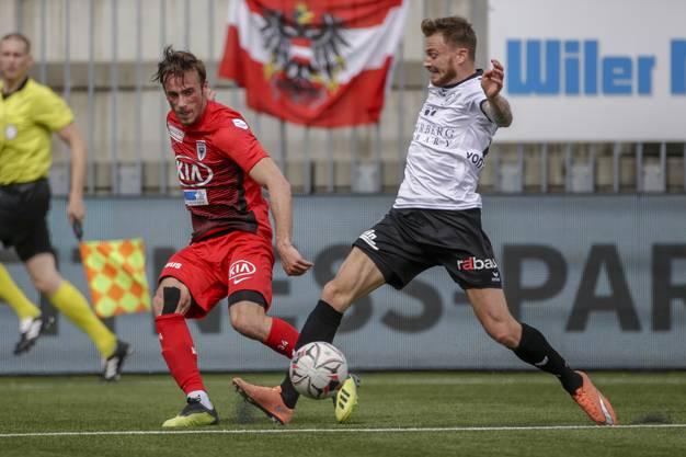 Raoul Giger (l.) versucht Nick von Niederhäusern (r.) den Ball wegzuschnappen.