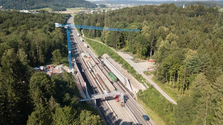 Anfang Jahr wurde mit Vorbereitungsarbeiten begonnen, gebaut wird seit März. Die Brücke soll Mitte Oktober fertig sein.
