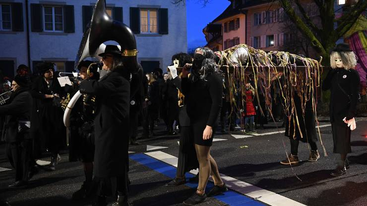 Lätschete in Bad Zurzach am Aschermittwoch: Prinz Karneval wird zu Grabe getragen.