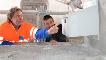 Installation im Rundbogen der Brücke geglückt: Baupolier Hans Peter Züger (links) und Biologe Andres Beck.sl