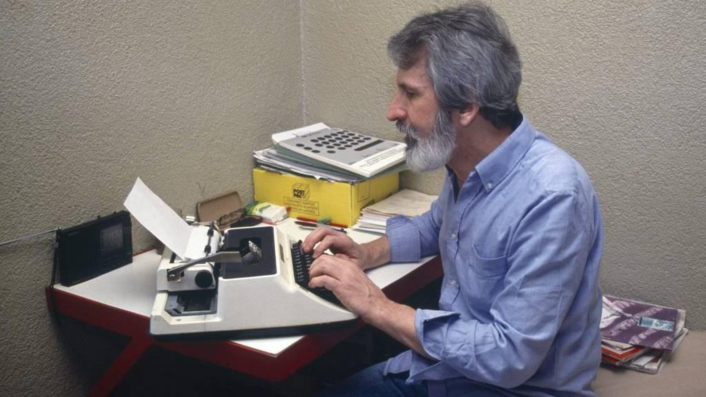 """Walter Stuerm, der sogenannte """"Ausbrecherkoenig"""" tippt in seiner Zelle der Haftanstalt Regensdorf, Zuerich, auf einer Schreibmaschine, aufgenommen im Mai 1993. (KEYSTONE/Str)"""