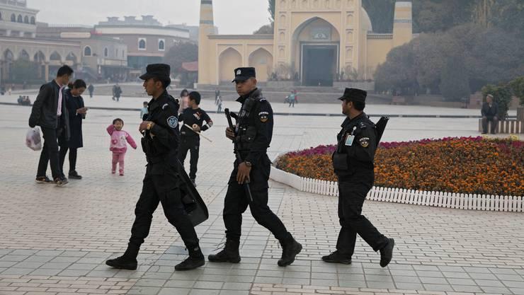 Misstrauen: Chinesische Sicherheitskräfte patrouillieren vor einer Moschee in der Provinz Xinjiang.