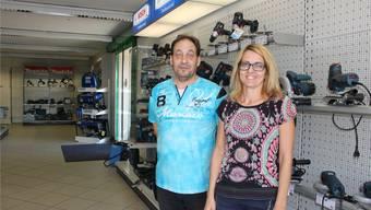 Geschäftseigentümer Fredy Waser und Mitarbeiterin Fabienne Lo Giudice.