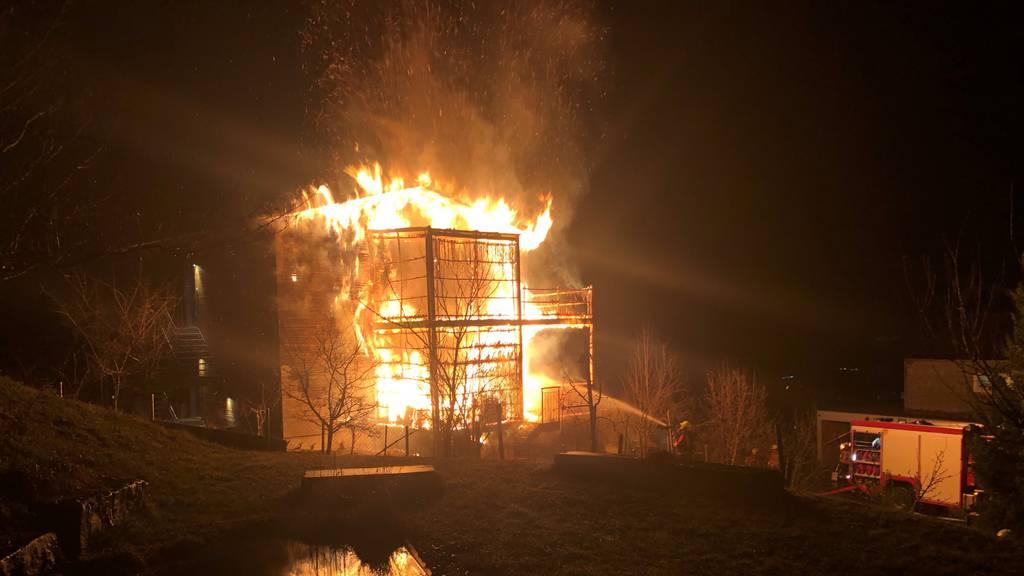 Zwei Balkone brannten lichterloh – Haus unbewohnbar