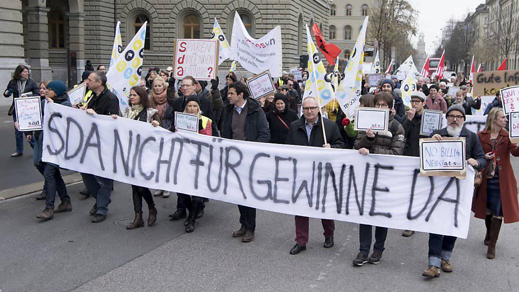 Ungewöhnliche Bilder im Januar und Februar: Journalistinnen und Journalisten der Schweizerischen Depeschenagentur SDA sowie Gewerkschaftsvertreter demonstrieren gegen den geplanten Stellenabbau. Jetzt ist der Konflikt mit einer Schlichtung beigelegt worden. (Archivbild)