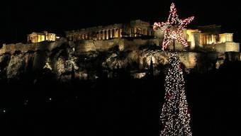Das Wahrzeichen Athens, die Akropolis, mit Weihnachtsbeleuchtung