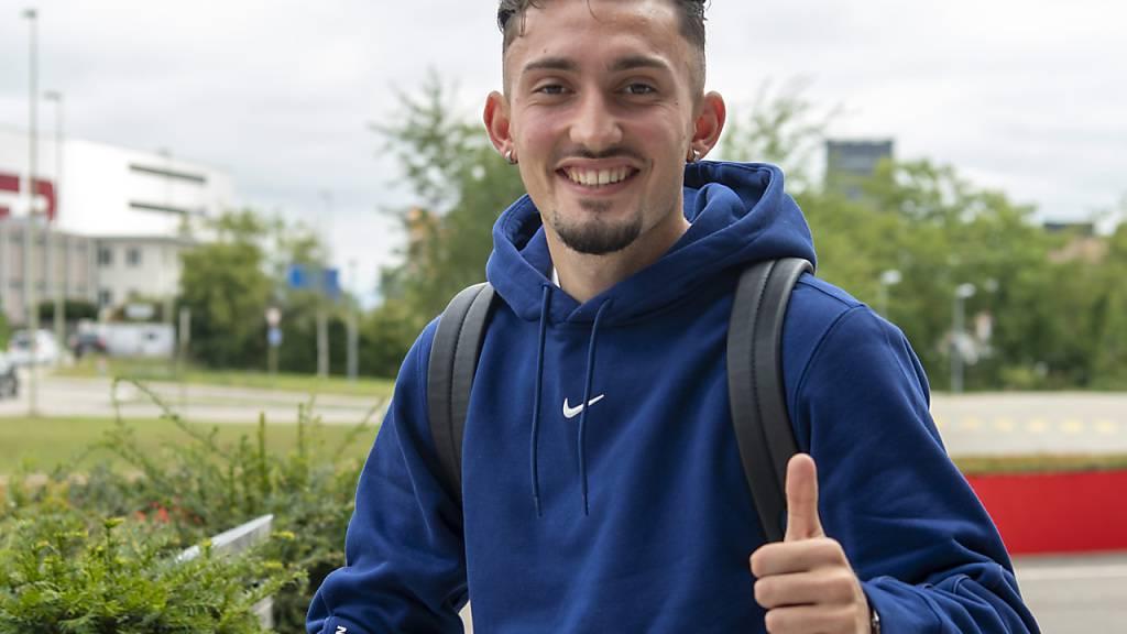 Daumen hoch: Andi Zeqiri am Montag beim Zusammenzug der Schweizer Nationalmannschaft in Pratteln.
