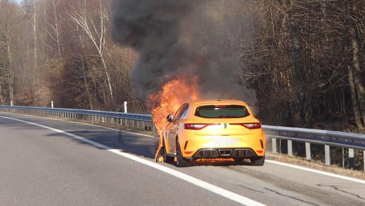 Auf der Autobahn A1 brannte am Montagnachmittag kurz nach 15 Uhr ein Renault.
