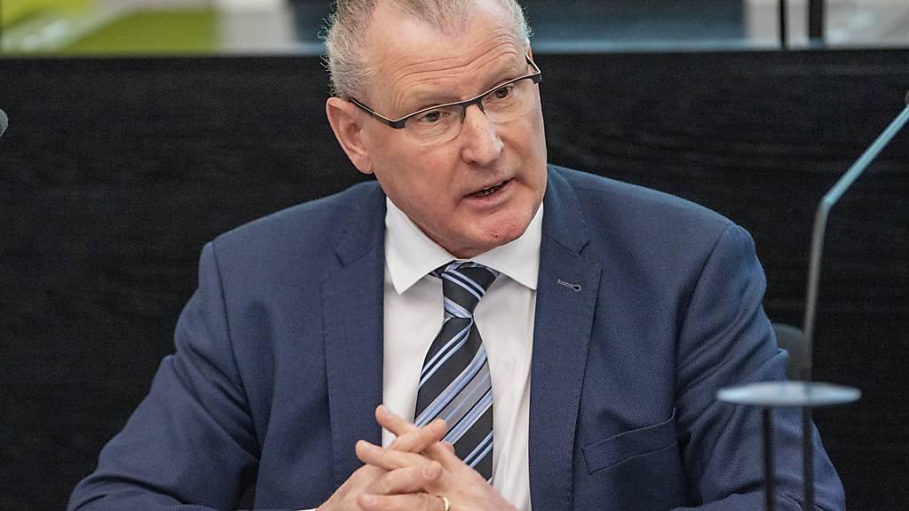 Der Zuger Regierungsrat Heinz Tännler (SVP), der als Finanzdirektor auch Personalchef ist, will den Staatsangestellten mehr Ferien gewähren. (Archivaufnahme)