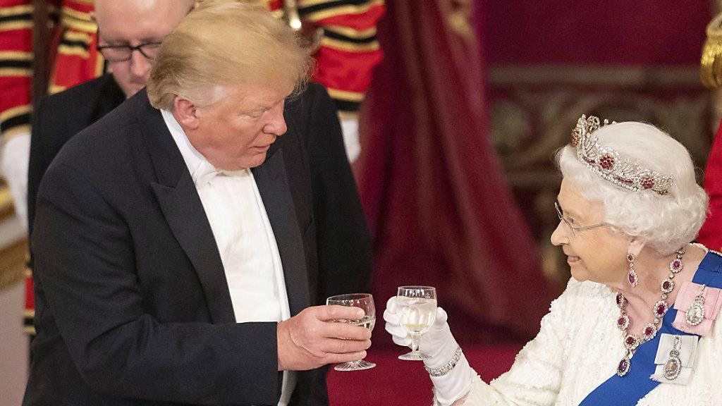 US-Präsident Donald Trump und die britische Königin Elizabeth II. haben am Montagabend auf das Wohl der beiden Länder angestossen.