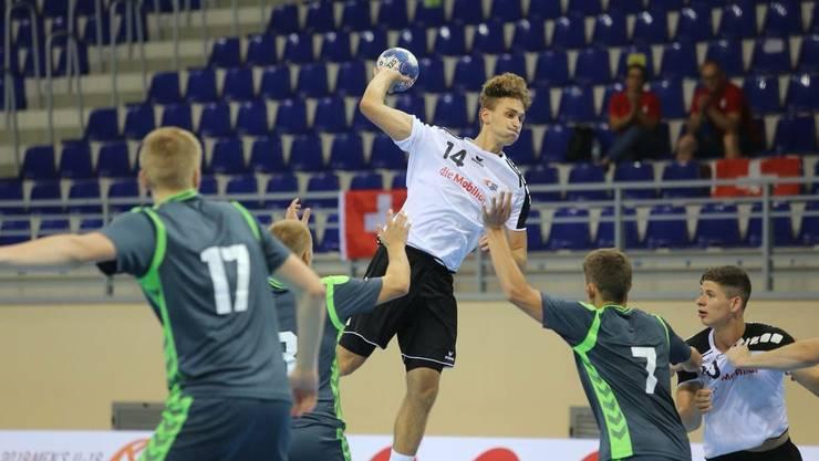Jannis Voskamp (Nummer 14) im Trikot der Schweizer Junioren-Nationalmannschaft.
