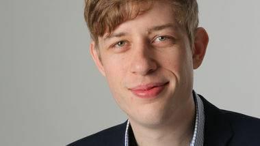 Michel Rudin hat Geschichte, Philosophie, Betriebswirtschaft und Recht studiert. Der 31-Jährige ist Co-Präsident Pink Cross und GLP-Grossrat in Bern.