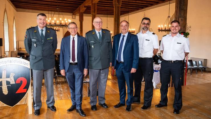 Regierungsrat Urs Hofmann (2. von links) neben Armeechef Philippe Rebord (Mitte) bei seinem Auftritt bei der Territorialdivision 2 auf Schloss Lenzburg