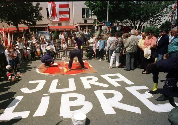 1997: Aktivisten der Bélier malen ein Jurawappen auf die Place Roland-Beguelin