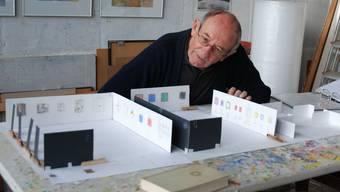 Willi Schoder vor den Miniaturmodellen des Zimmermannhauses in Brugg (links) und dem Laufenburger Parterresaal des Gerichtsgebäudes.
