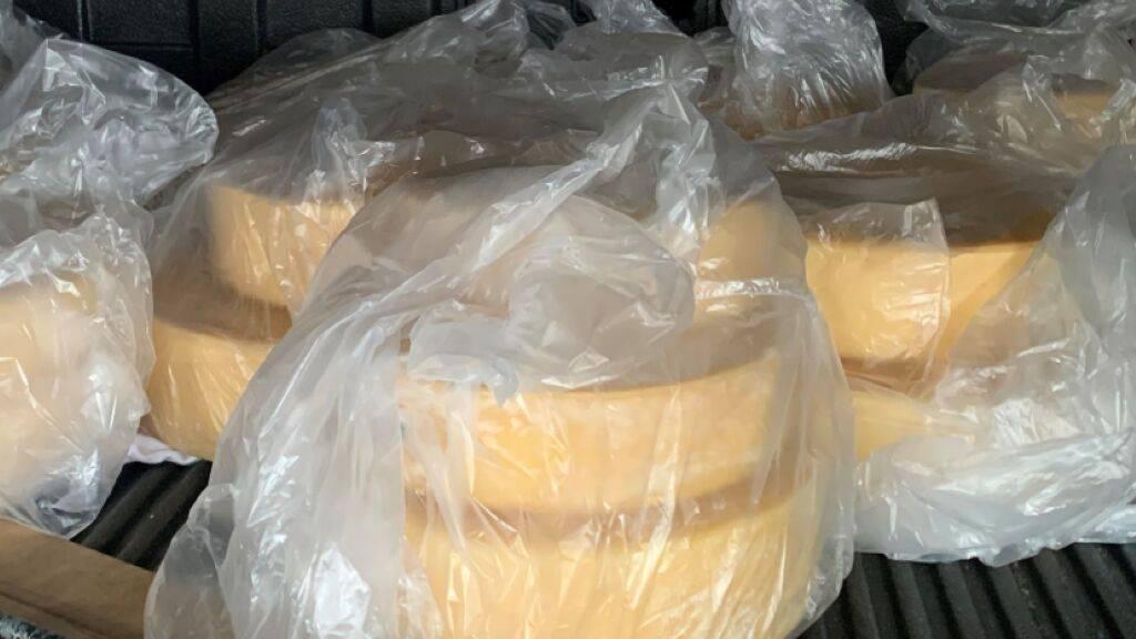 «Ein bisschen Käse aus der Schweiz»: Die vom Zoll in Bietingen (D) im Reisecar gefundenen Käselaibe.