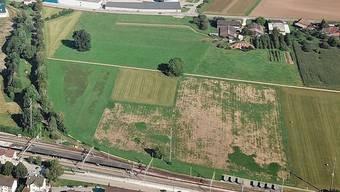 Als Mittelschul-Standort kommt der Teil des Areals beim Bahnhof Möhlin in Frage, der auf Rheinfelder Boden liegt (linke Bildhälfte).