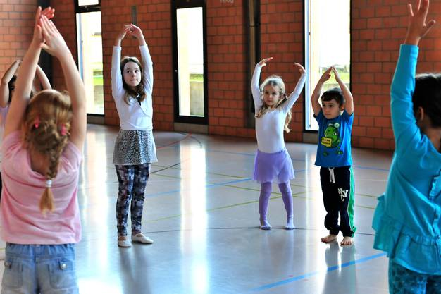Mit den jüngeren Kindern geht es vor allem darum, ein Gefühl für den Körper und für Bewegungen zu entwickeln.