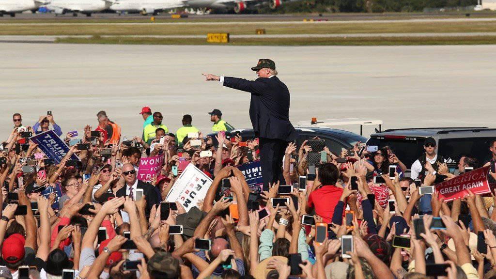 Seit Donald Trumps Wahlkampf haben Fake News Konjunktur. Der Bundesrat will aber vorerst kein Gesetz gegen Manipulation der öffentlichen Meinung durch Falschinformation. (Archivbild)