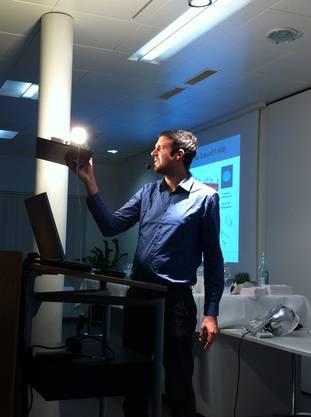 Raphael Wicky erklärt anhand vieler Beispiele das Phänomen Led Lampe.