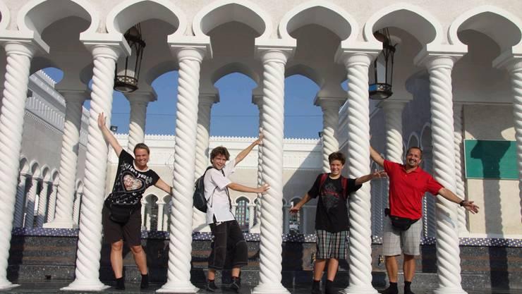 Evelyne, Andrin, Roman und Reto schauen sich Bandar Seri Begawan um. (Evelyne Brader)