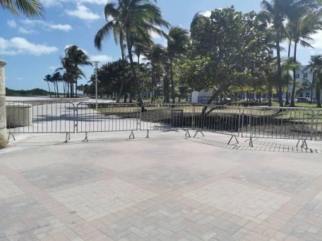 Alles abgesperrt und polizeilich überwacht: Wo sonst Jogger, Inlineskater und andere Freizeitsportler über die Promenade flitzen, findet kein öffentliches Leben mehr statt.