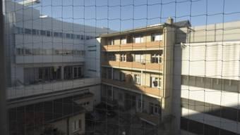 Zwei Gebäude neben dem Basler Untersuchungsgefängnis Waaghof an der Maragarethenstrasse gehören ab Dezember dem Kanton. (Archiv)