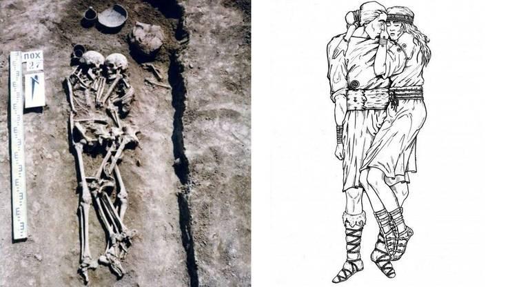Links: Die Frau soll Gift genommen haben und ihrem Mann freiwillig ins Grab gefolgt sein. Rechts: Die Frau hat die Beine angewinkelt und legt einen Arm um die Schultern des Mannes.
