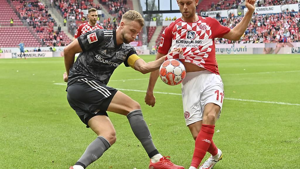 Union-Captain Marvin Friedrich im Duell mit dem Mainzer Torschützen und ehemaligen Teamkollegen Marcus Ingvartsen