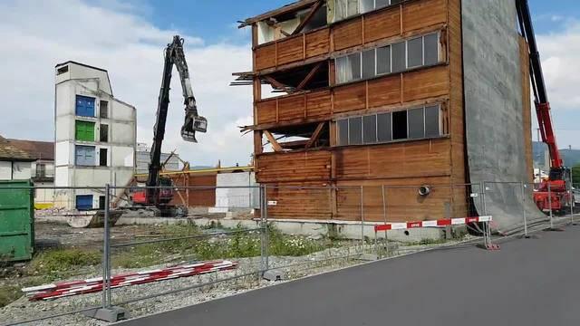 Abbrucharbeiten im Aarauer Torfeld Süd - hier sollen dereinst das Stadion und die vier Hochhäuser stehen