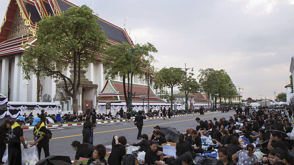 Ganz Thailand trauert: Der Andrang vor dem Wat-Pho-Tempel ist riesig - viele wollen einen guten Platz ergattern, um die Trauerzeremonie aus nächster Nähe miterleben zu können.