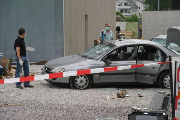 Angriff auf Gründungsveranstaltung der Outlaws Switzerland in Ehrendingen. Demolierte Auto, Schüsselöcher in Wänden, Autos und Motorräder. Polizei spricht von rund 100 Hells Angels. Diese waren dabei, bestreiten aber, für die Gewalt verantwortlich zu sein. Polizei war mit Grossaufgebot am Tatort.
