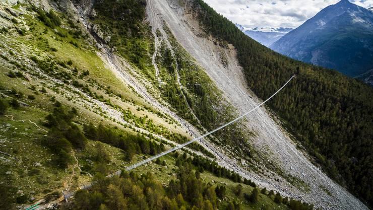 Nervenkitzel garantiert und nur für schwindelfreie Wanderer: Auf fast einem halben Kilometer Länge führt die Hängebrücke teilweise auf einer Höhe von 85 Metern über das Tal.