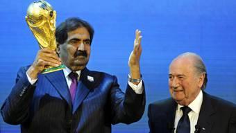 Noch nichts hat sich an den Arbeitsbedingungen der Arbeiter für die von Präsident Joseph Blatter (rechts) an Scheich Hamad bin Khalifa Al-Thani (links) vergebene WM 2022 in Katar verändert.